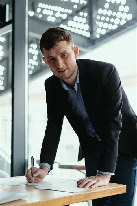 Hombre de negocios exitoso firmando documentos en una ...