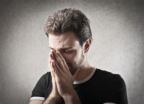 Hombre triste llorando   Foto Premium