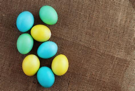 Huevos de colores en el despido. vista superior.   Foto ...