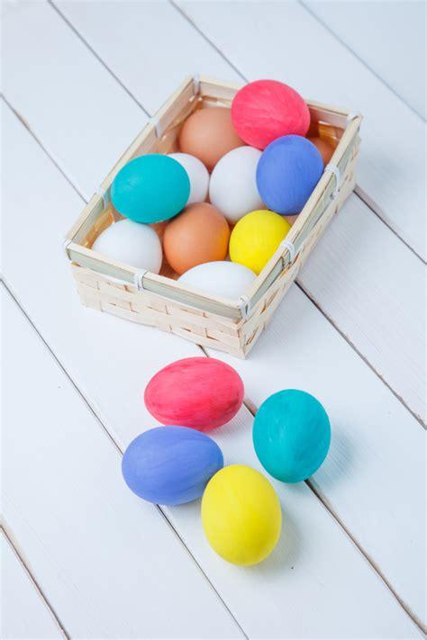 Huevos de pascua de colores en la cesta de fondo   Foto ...