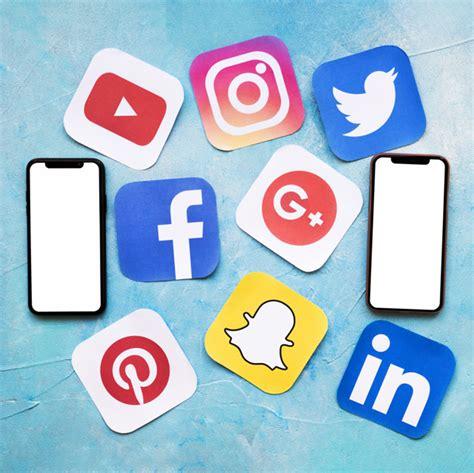 Iconos de redes sociales con dos teléfono celular en ...