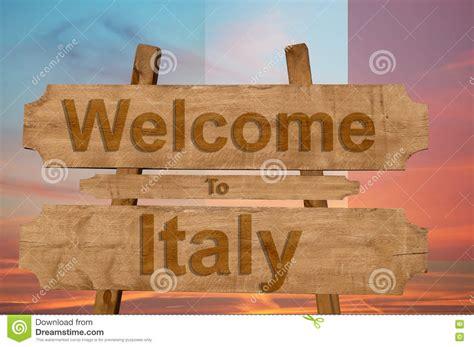 Il Benvenuto In Italia Canta Su Fondo Di Legno Con La ...