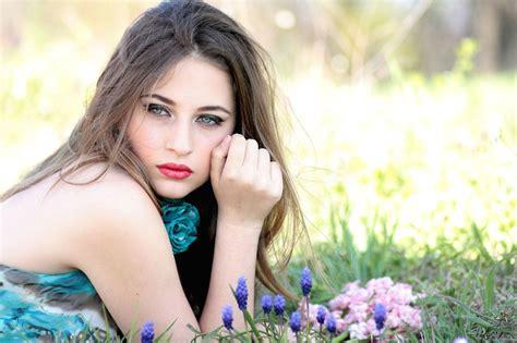 Imagen gratis: hermosa niña, mujer, belleza, campo, flores ...