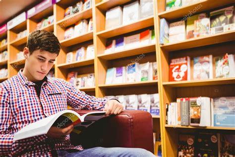 Imágenes: joven leyendo   Concentrado a hombre joven ...