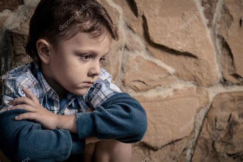 Imágenes: niños tristes | niño triste sentado cerca de la ...