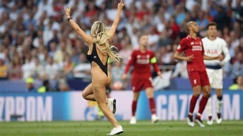 Imágenes y memes: una mujer paró la final de la Champions ...