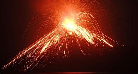 Impresionante espectáculo de lava y relámpagos: el volcán ...