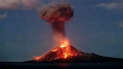 ¡Impresionante! Volcán Krakatoa en Indonesia hace erupción ...