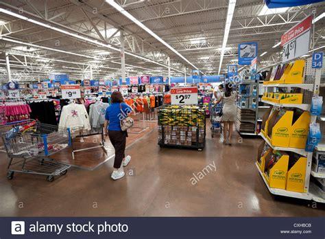 Interior de una tienda Walmart en Miami, Florida, EE.UU ...