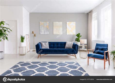 Interior Del Salón Espacio Abierto Con Sofá Azul Marino ...