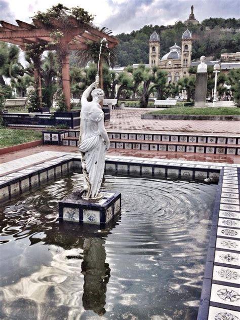 Jardines de Alderdi Eder,al fondo,el Ayuntamiento. | San ...