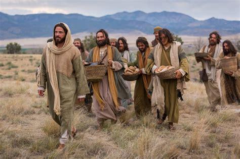 Jesús camina con Sus discípulos