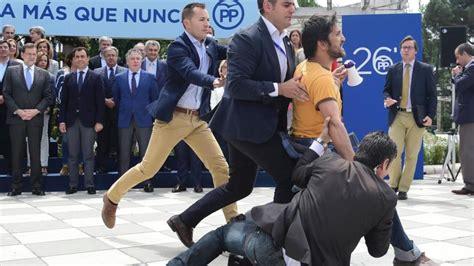 Joven indignado interrumpe un acto de Rajoy al grito de ...