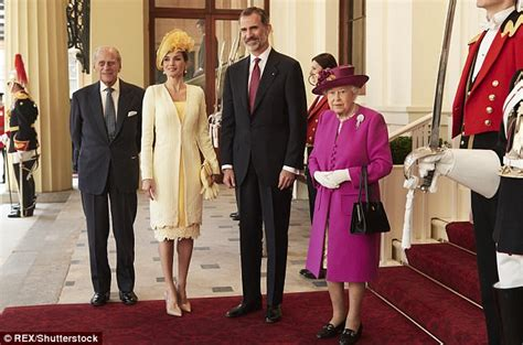 King Felipe IV of Spain TOWERS over the Queen | Daily Mail ...