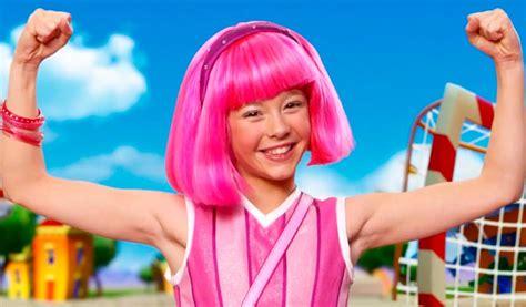 La actriz de Lazy Town bailó con su peluca rosa y ...