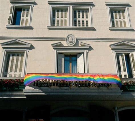 La bandera del movimiento lésbico luce en el Ayuntamiento ...