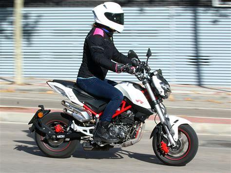la Benelli TNT 125 es una moto ligera y fácil de conducir