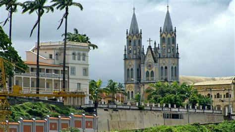 La capital de Guinea Ecuatorial, Malabo,situada al norte ...