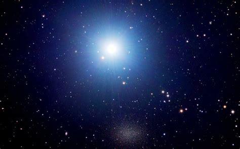 La estrella más brillante de la constelación de Leo gira ...