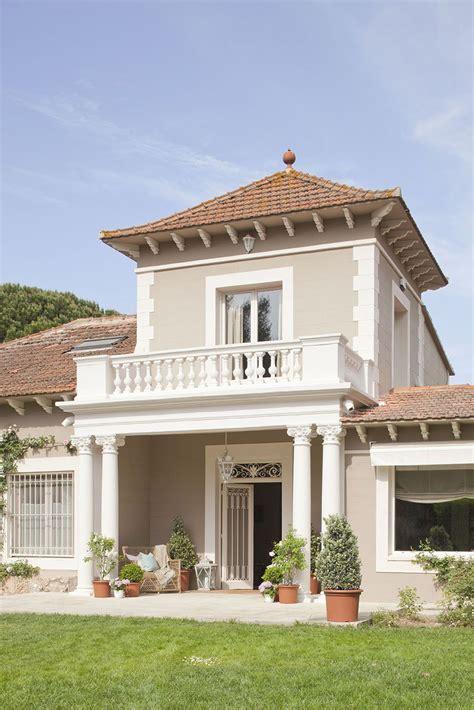 La fachada de la propiedad.   Casas pintadas exterior ...