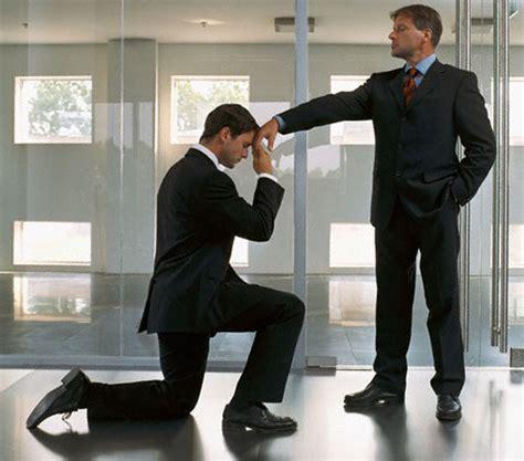 La mayoría de los empleados cree que el jefe cobra ...