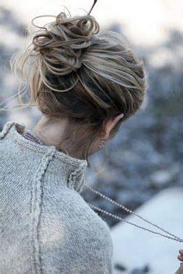 La moda en tu cabello: Moños bajos despeinados ...