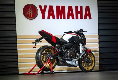 La MT 07 se viste de Navidad en Yamaha Flick Moto ...