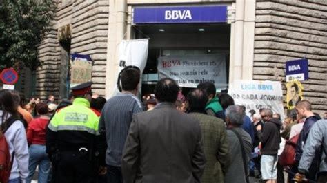 La PAH abandona la oficina del BBVA de Sabadell