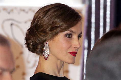 La reina Letizia vuelve a sorprender con su  look    Foto