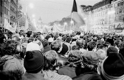 La Revolución de Terciopelo fuera de Praga   Radio Praga
