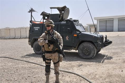 La toga castrense: Los guardias  civiles , son  militares .