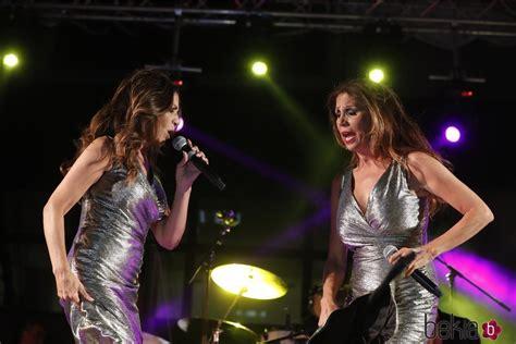 Las Azúcar Moreno sobre el escenario en un concierto en ...