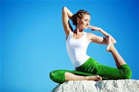 Las mejores posiciones de yoga para abrir el pecho y ...