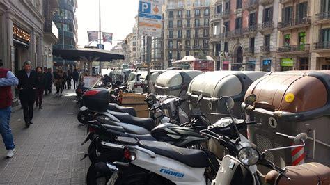 Las motos se adueñan de las aceras del centro de Barcelona