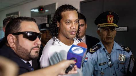 Liberan a Ronaldinho de la cárcel
