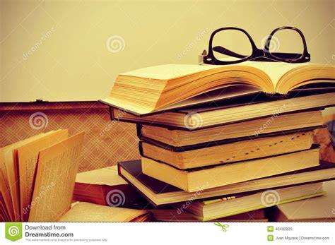 Libri Ed Occhiali In Una Vecchia Valigia, Con Un Retro ...