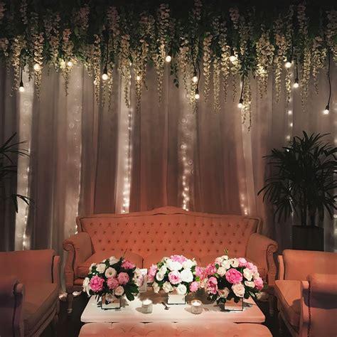 Living principal de estilo, fondo de mini luces, flores ...