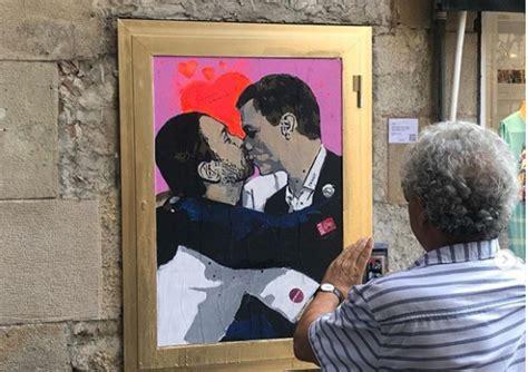 Los dos se dan un beso en los labios, emulando a Erich ...