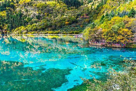 Los hermosos lagos del parque nacional de Jiuzhaigou ...