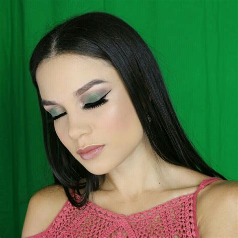 Makeup en tono verde | Tonos de verde, Maquillaje, Verde