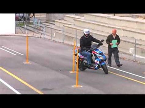 Maniobra Ciclomotor AM Ziqzag entre a velocidad recucida ...