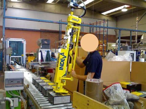Manipulador ingravido INDEVA para agarrar cajas de carton