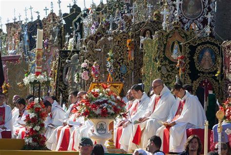 Más de medio millón de fieles acompañan a la Virgen del ...