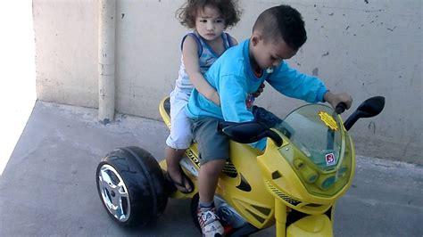 Menino de 4 anos pilotando moto com o irmãozinho na garupa ...