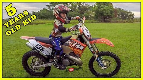 Menino de 5 Anos Andando de Moto Grande KTM 250 Motocross ...