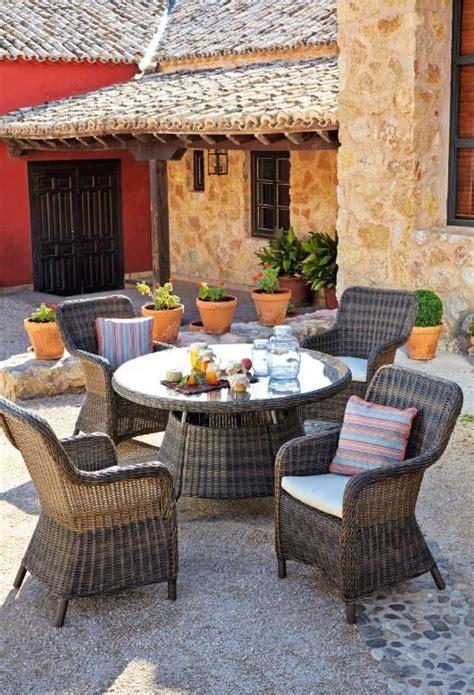 Mesa redonda de diseño clásico con sillones en ratan ...