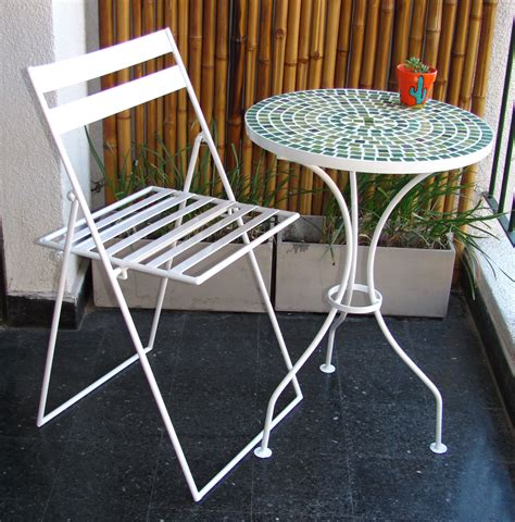 Mesa y sillas ASKHOLMEN de IKEA en una terraza con plantas