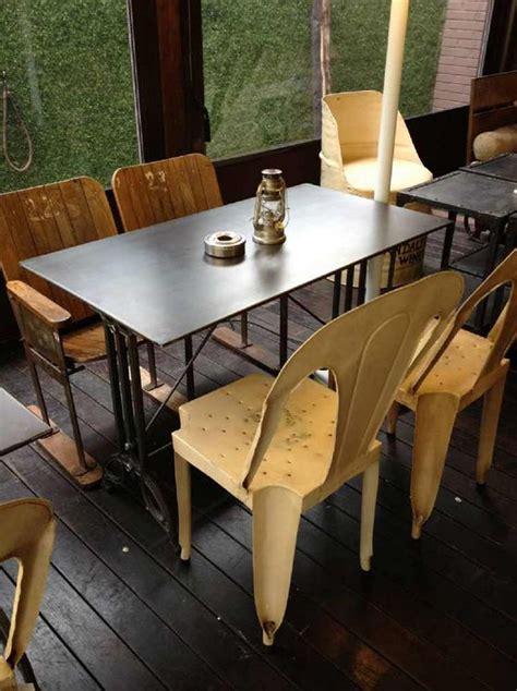Mesas y sillas en metal de estilo industrial en hierro y ...