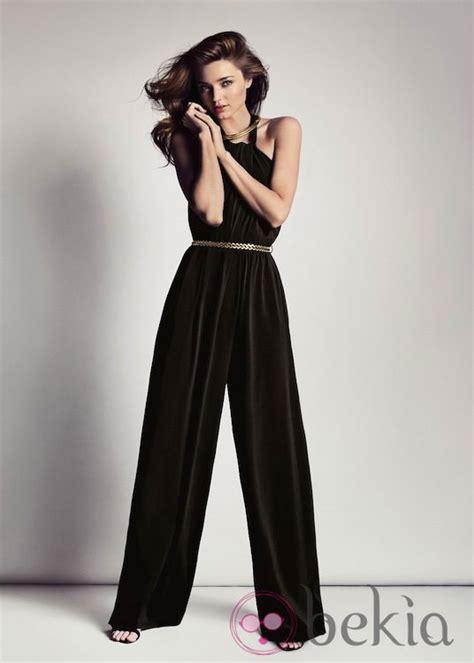 Miranda Kerr con un mono negro de la colección primavera ...