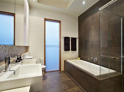 Modern bathroom design with recessed bath using marble ...